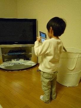 DSにハマる子供.jpg